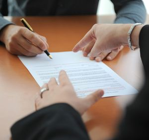 personne indiquant l'endroit de signature de contrat